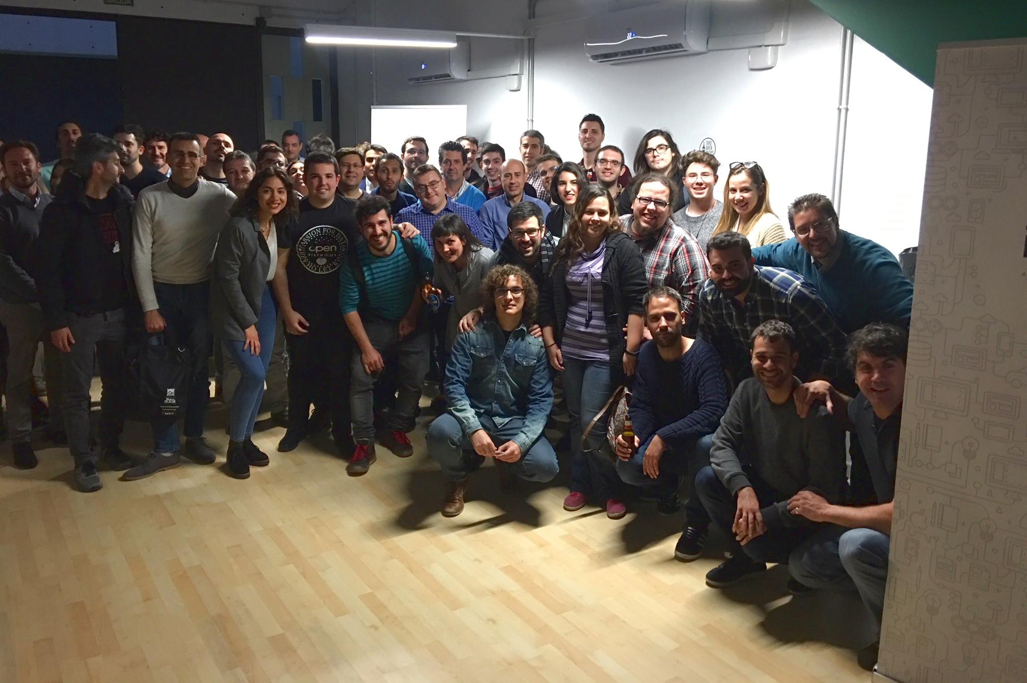 Foto de todos los asistentes del DataBeerSVQ3 tras finalizar el evento